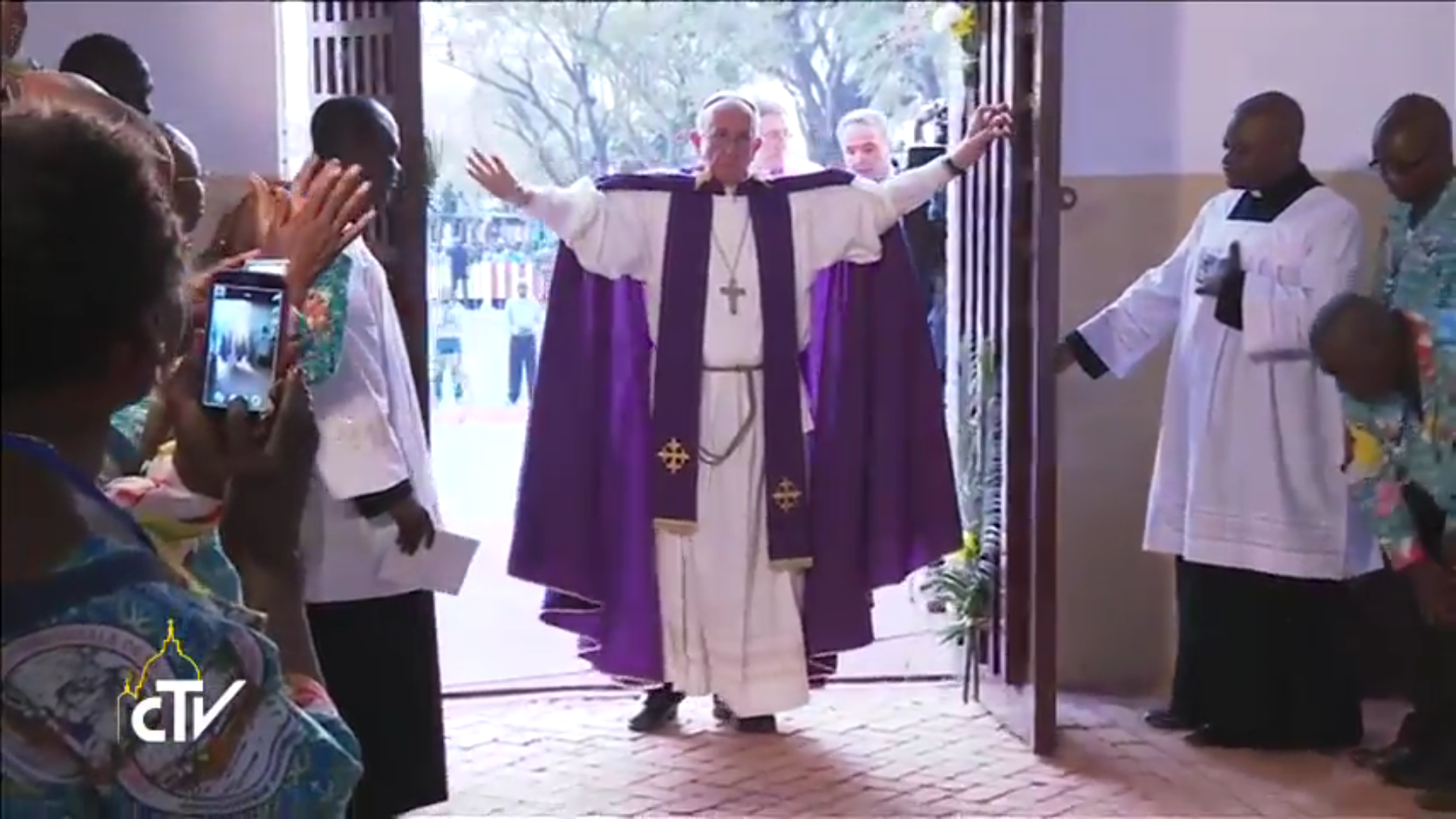 Pope Francis opens first Holy Door of the Jubilee of mercy