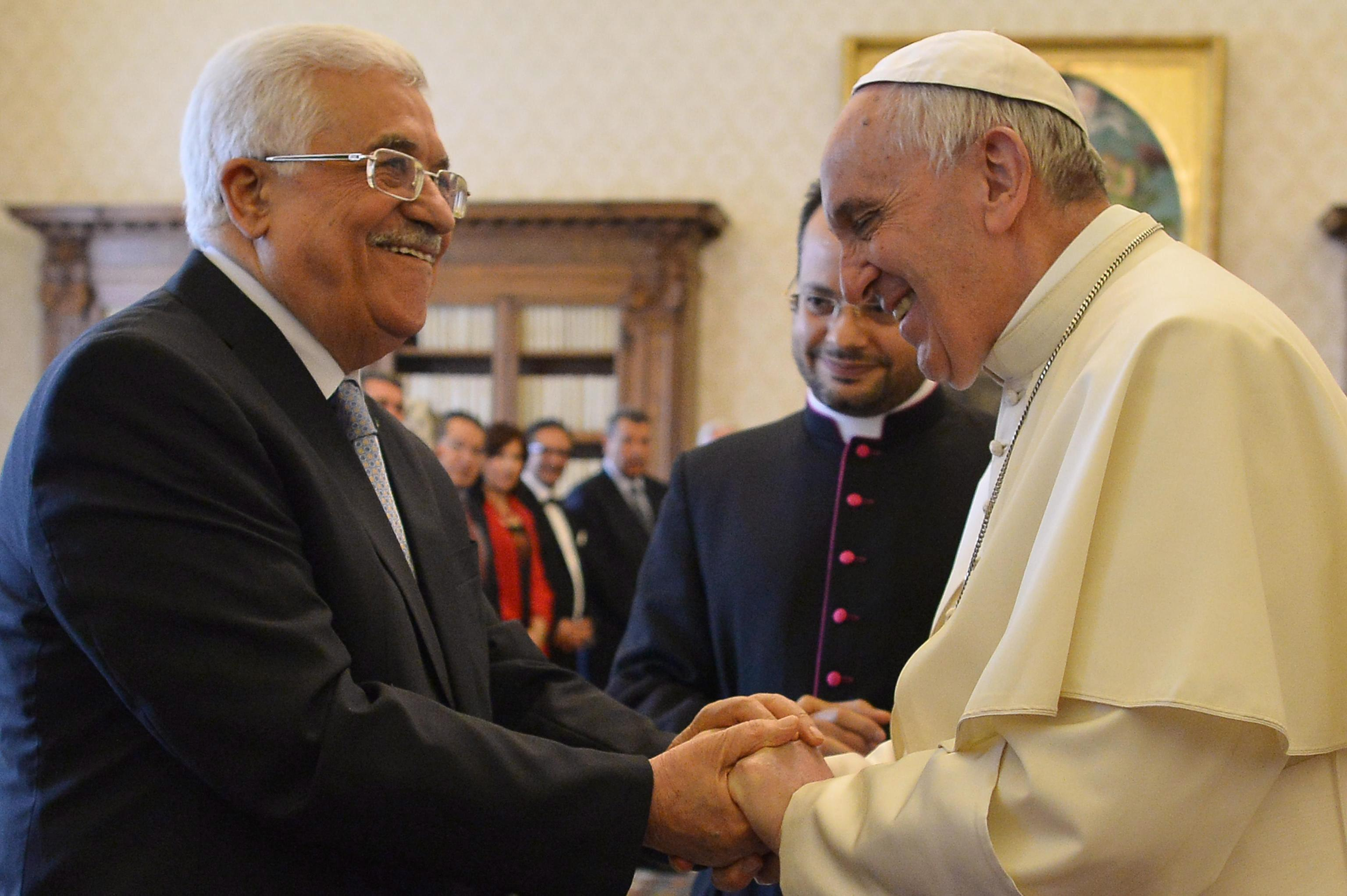 Pope Francis exchanges gifts with Palestinian authority President Mahmoud Abbas