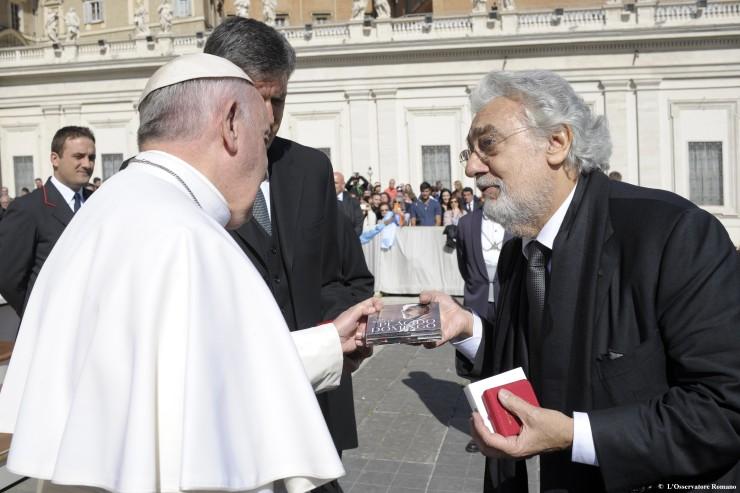 Placido Domingo saluda y conversa con el papa Francisco