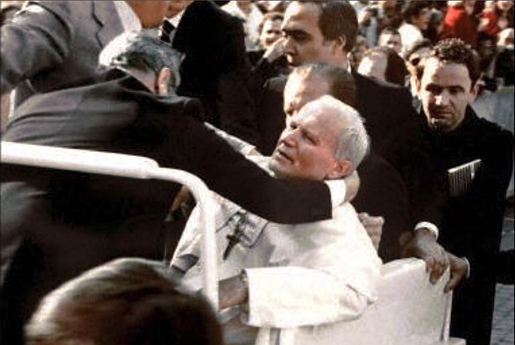 El papa Juan Pablo II cae bajo los disparos de Alí Agca