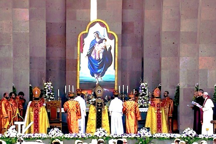 Celebración de la Divina Liturgia presidida por Karekim II. A la derecha el papa Francisco