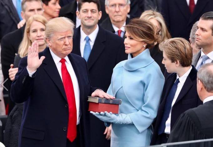 El presidente Trump durante la juramentación (Fto. presidencia)