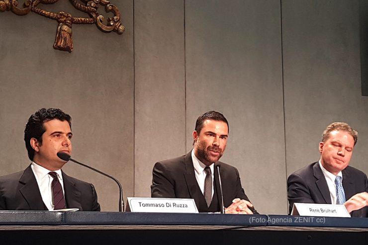 Informe sobre la lucha al reciclado 2016 en la Sala prensa del Vaticano Directivos del AIF René Brülhart y Tommaso Di Ruzza