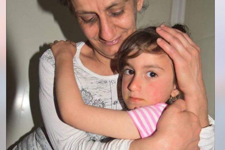 Cristina en los brazos de su mamá (Foto AIN)
