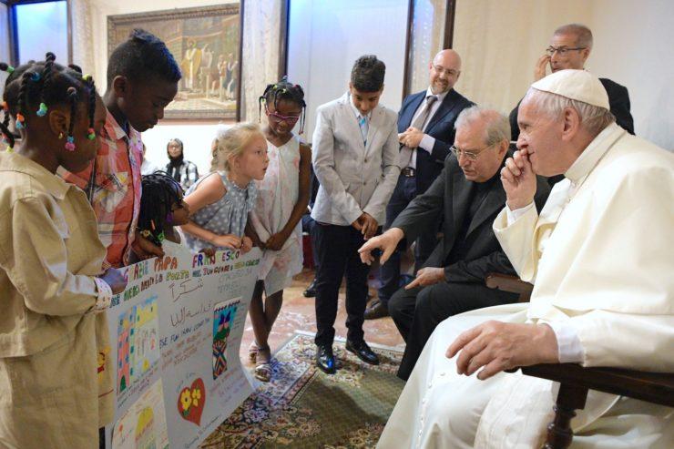 El Papa conversa con un grupo de niños refugiados (Osservatore © Romano)