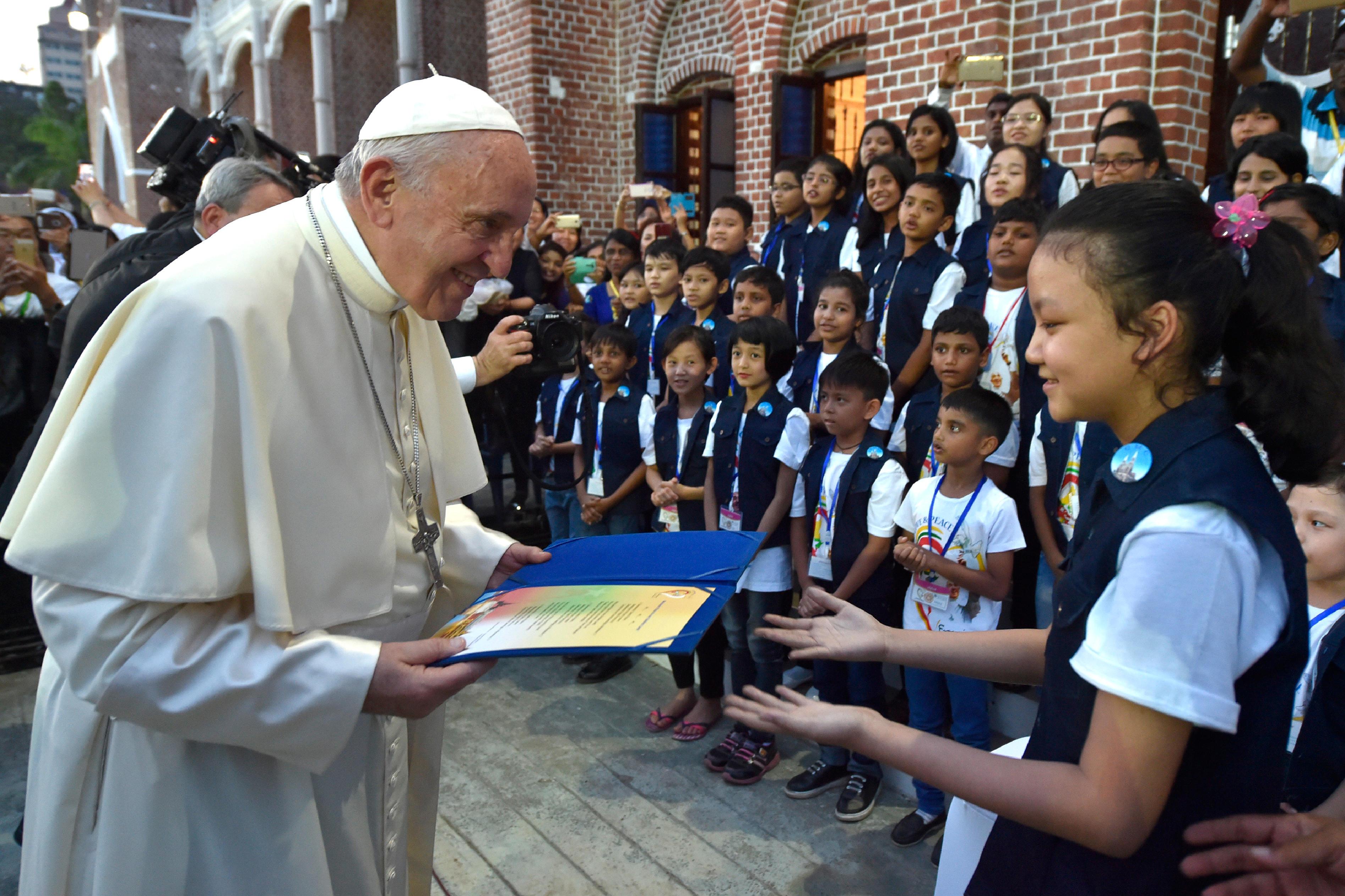 El Papa saluda a un grupo de niños en Yangon, Myanmar © L'Osservatore Romano