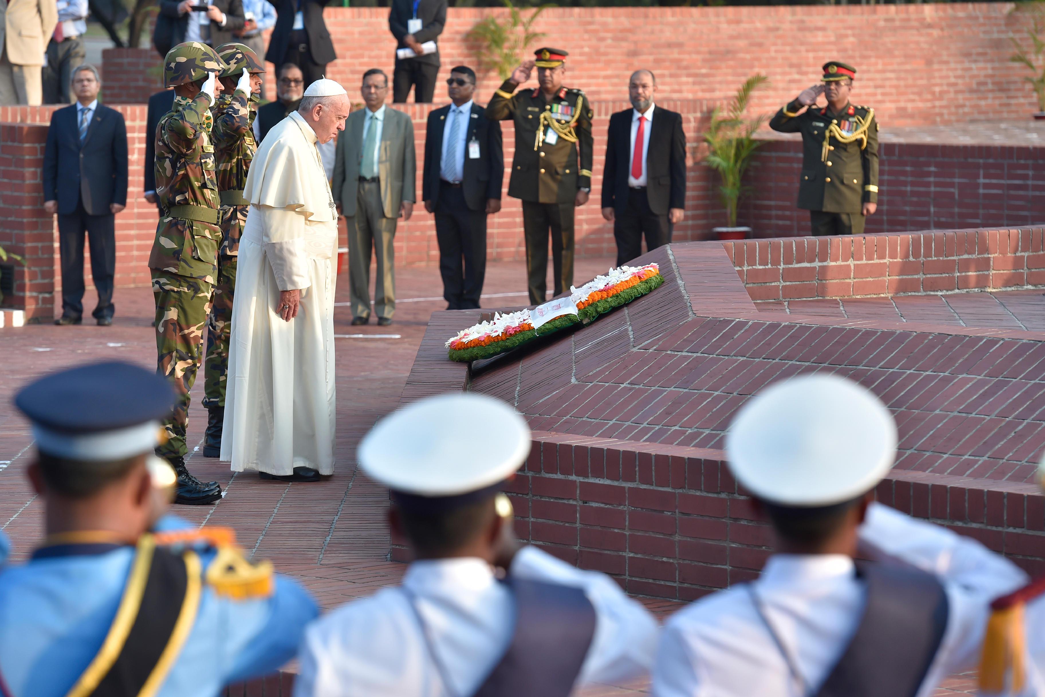 Ofrenda a los mártires de Savar, en Bangladesh © L'Osservatore Romano