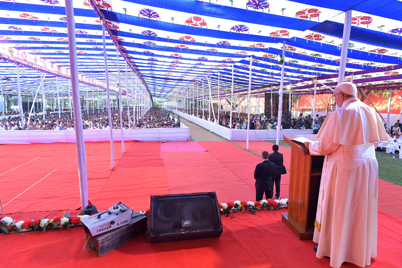 El Papa habla a 7.000 jóvenes en Bangladesh © L'Osservatore Romano