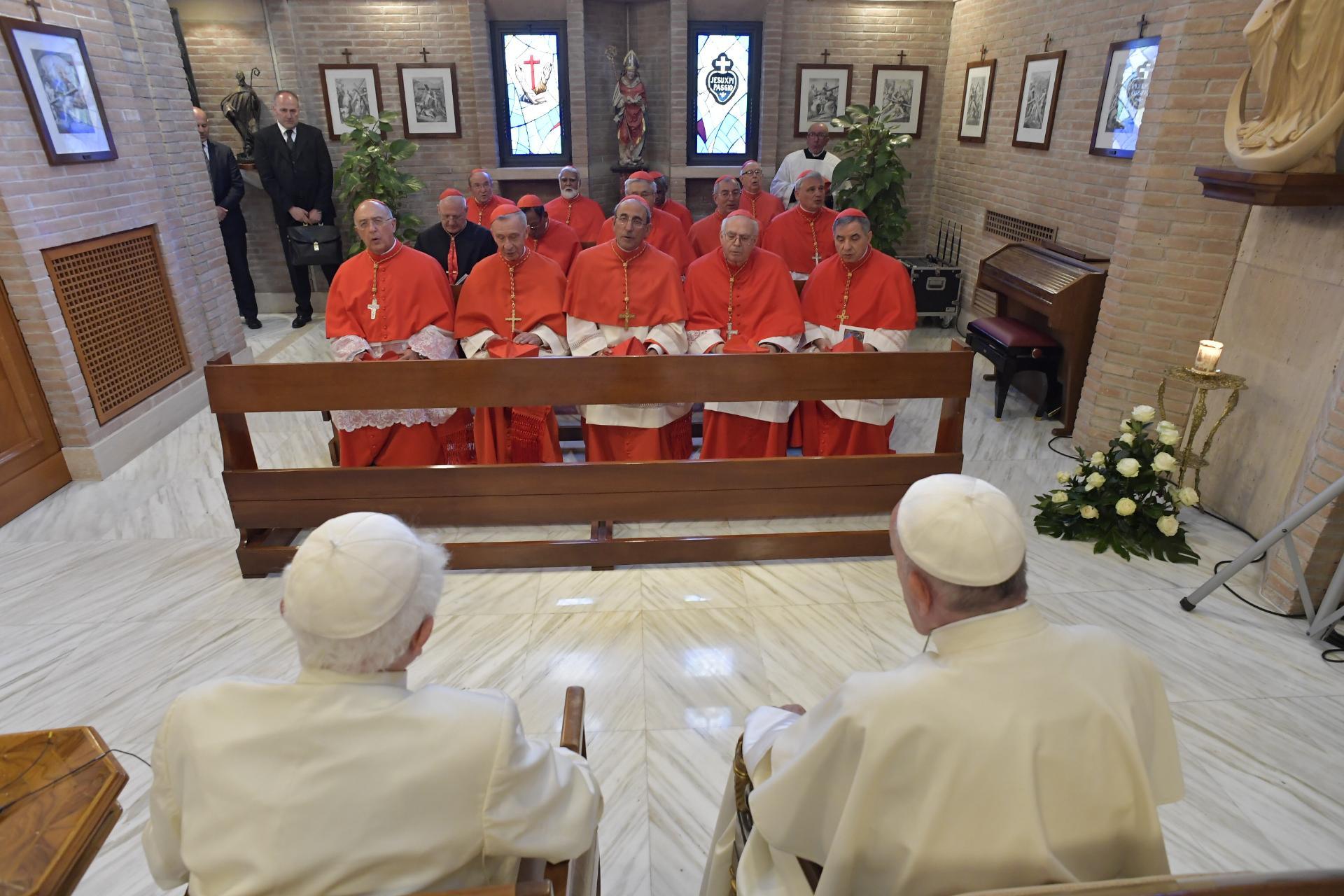 Francisco y los nuevos cardenales con Benedicto VI © Vatican Media