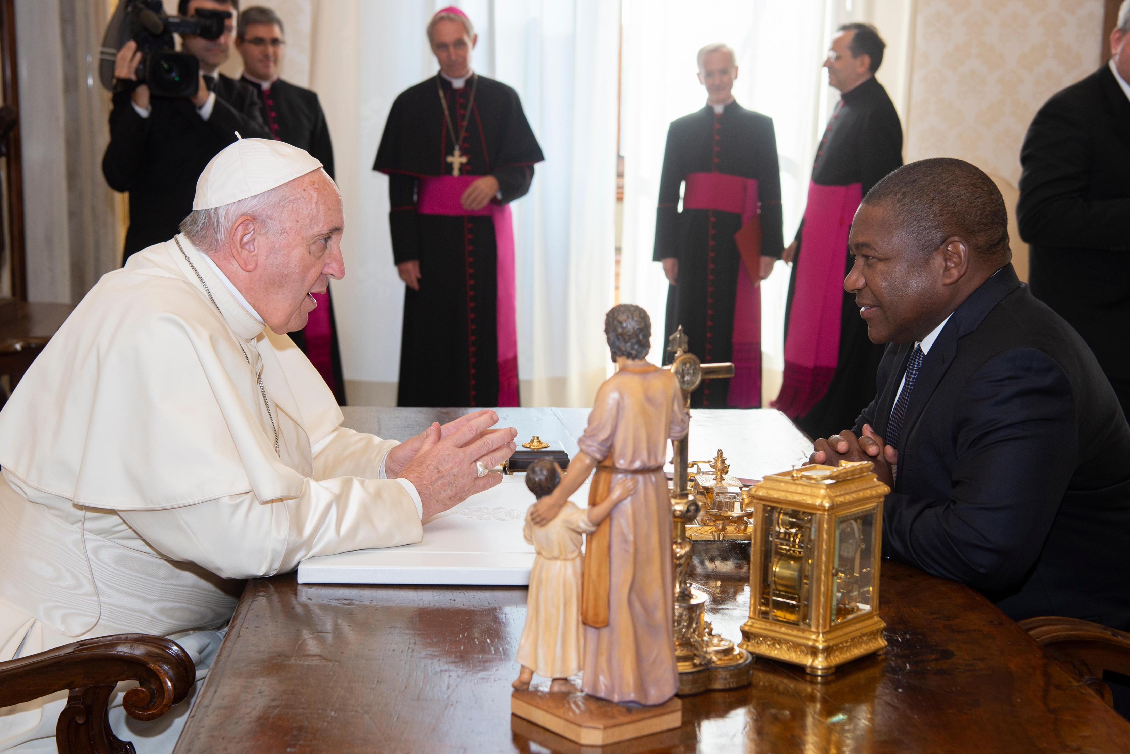 Reunión del Papa con el presidente de Mozambique © Vatican Media