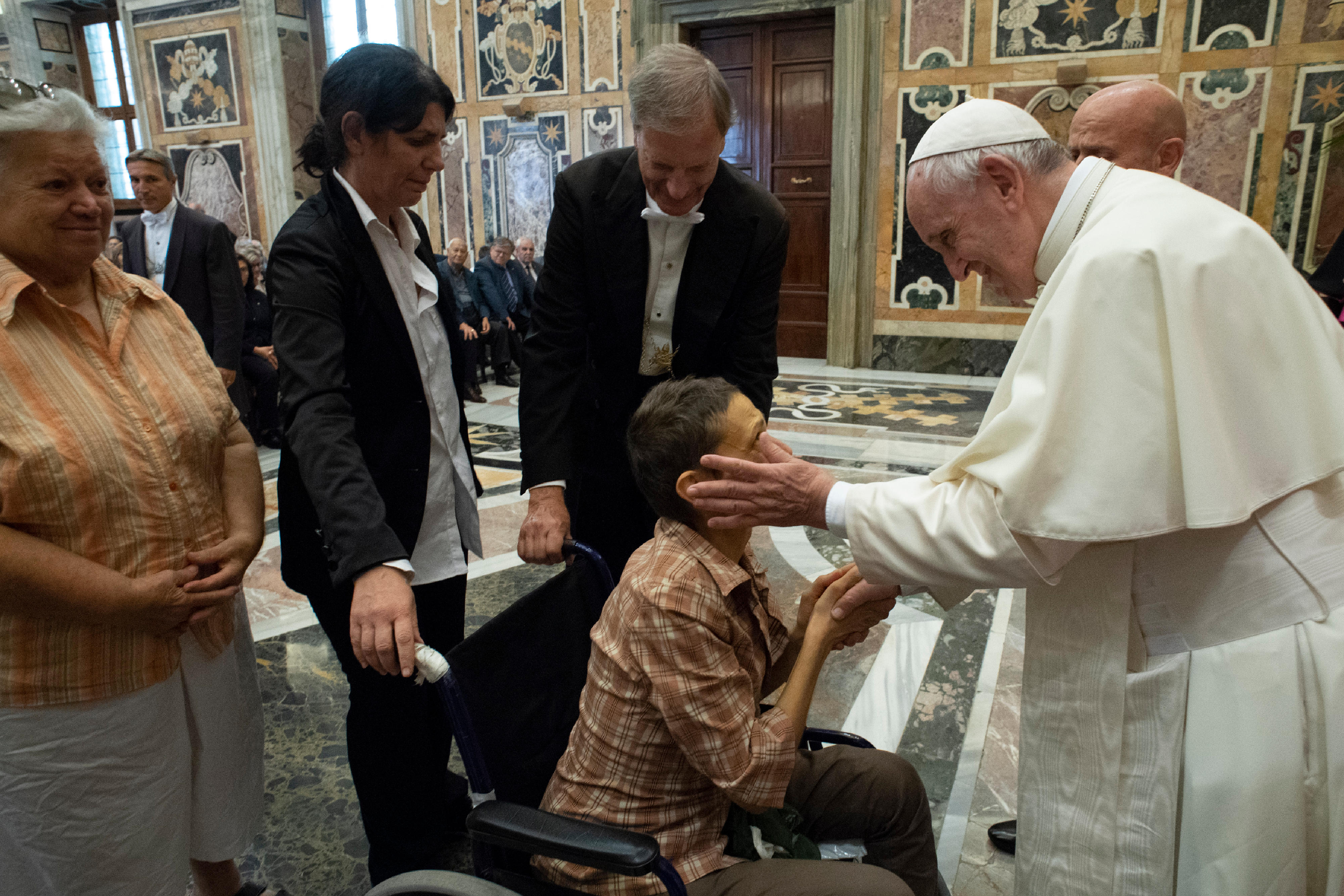 El Santo Padre bendice a un trabajador inválido © Vatican Media