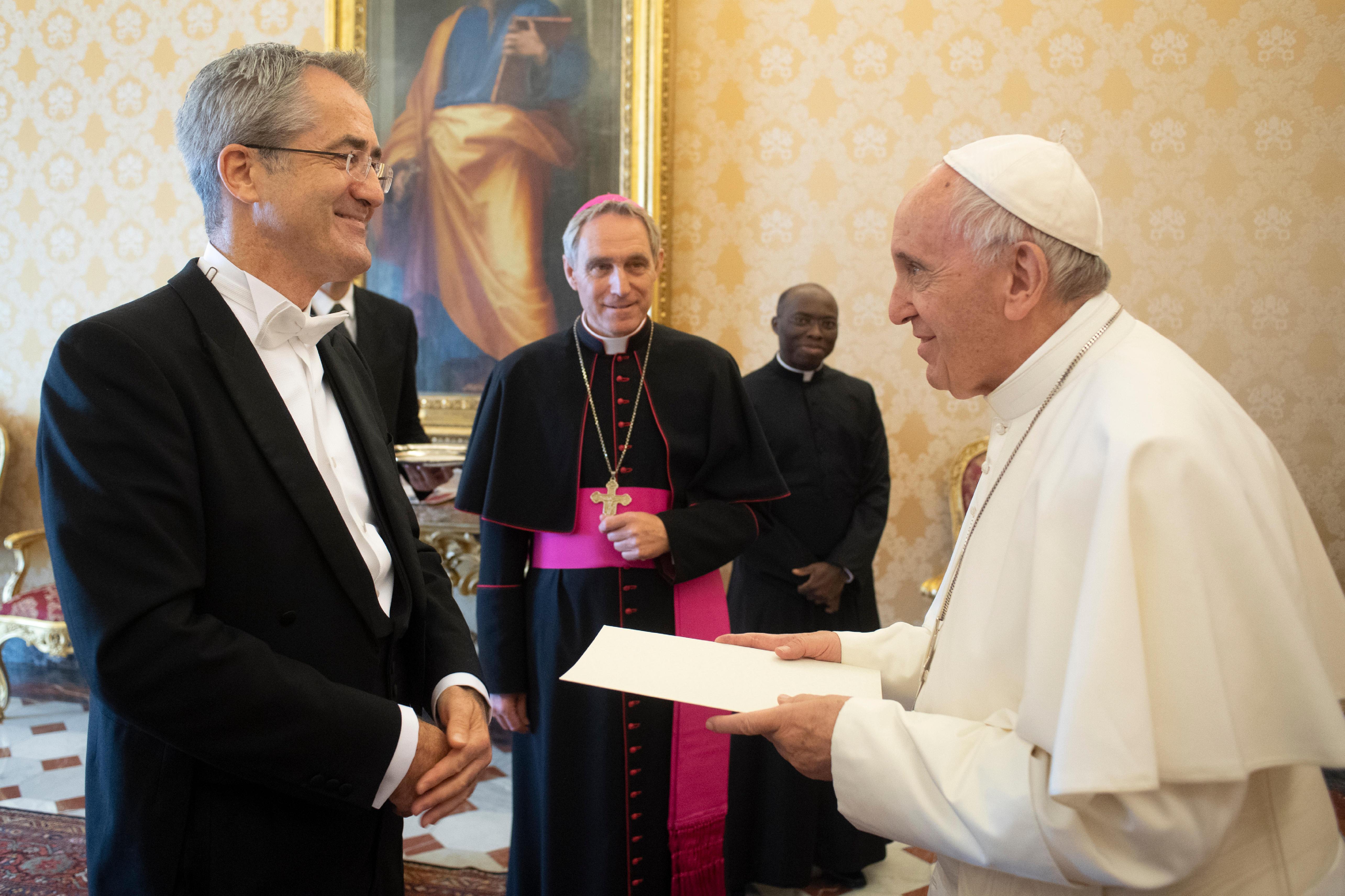 El Santo Padre ha recibido al nuevo embajador de Irlanda © Vatican Media