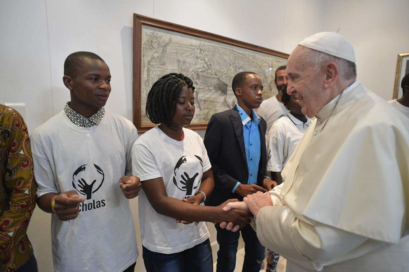 Francisco saluda a los jóvenes mozambiqueños © Vatican Media