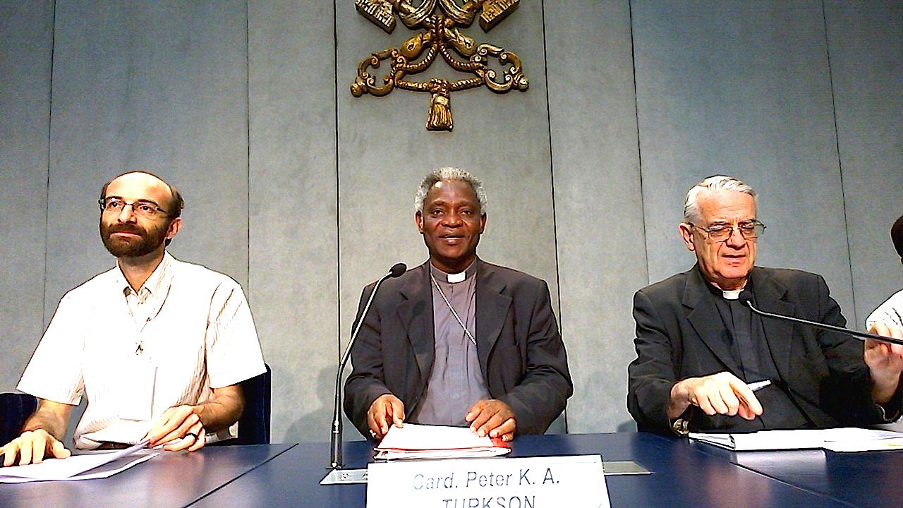El Cardenal Peter Turkson, sentado en medio (foto archivo ZENIT cc)