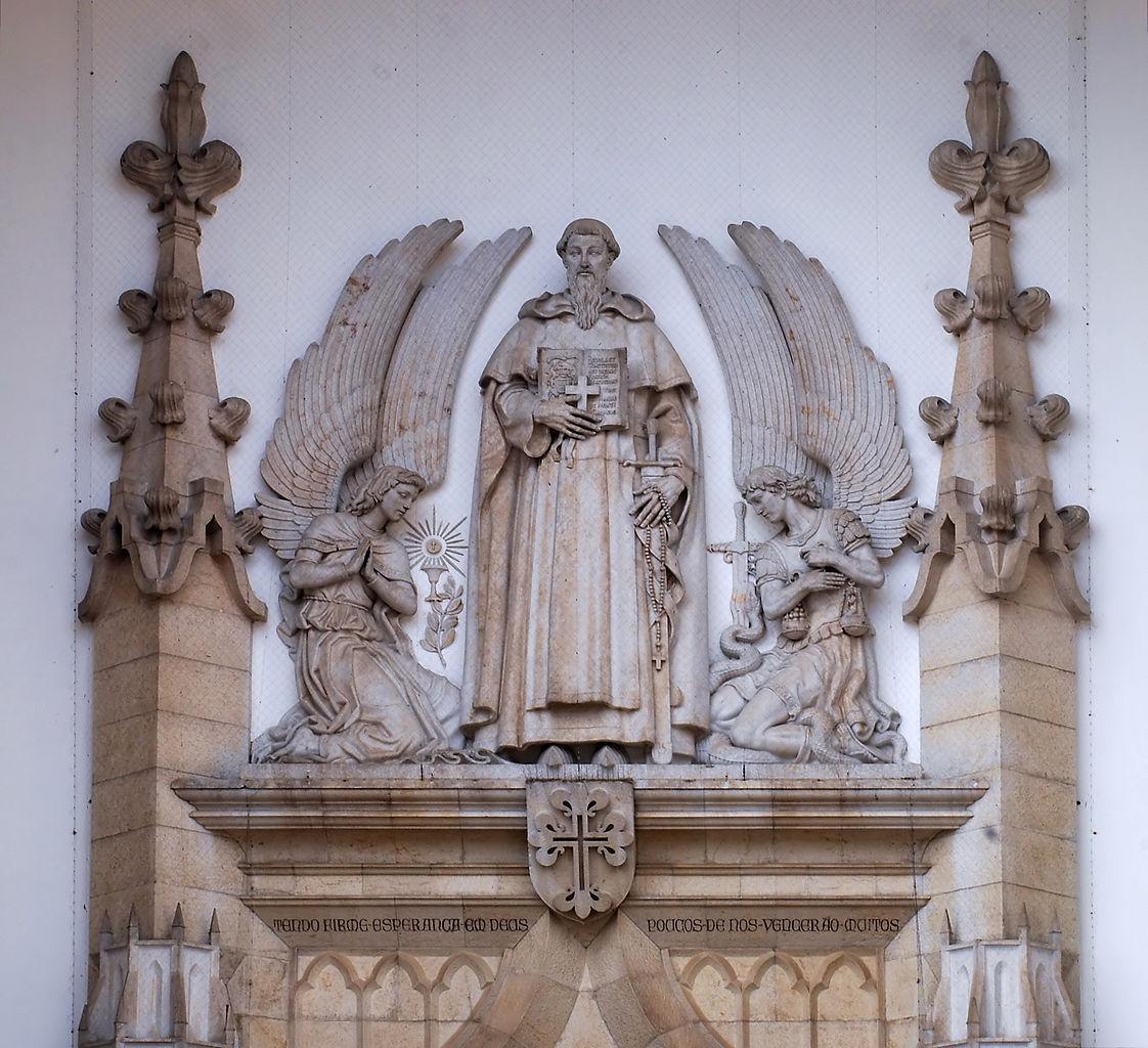 Statue of Nuno Álvares Pereira atop the portal of Santo Condestável church