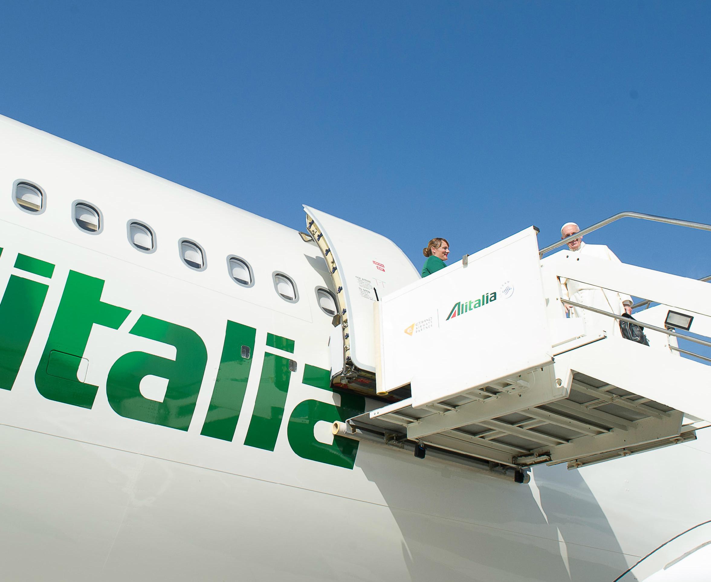 El Papa Francisco sube al avión de Alitalia (Foto archivo Osservatore © Romano)