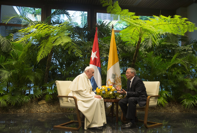 Pope Francis meets Cuban presidente Raúl Castro at the Revolution Palace in Havana