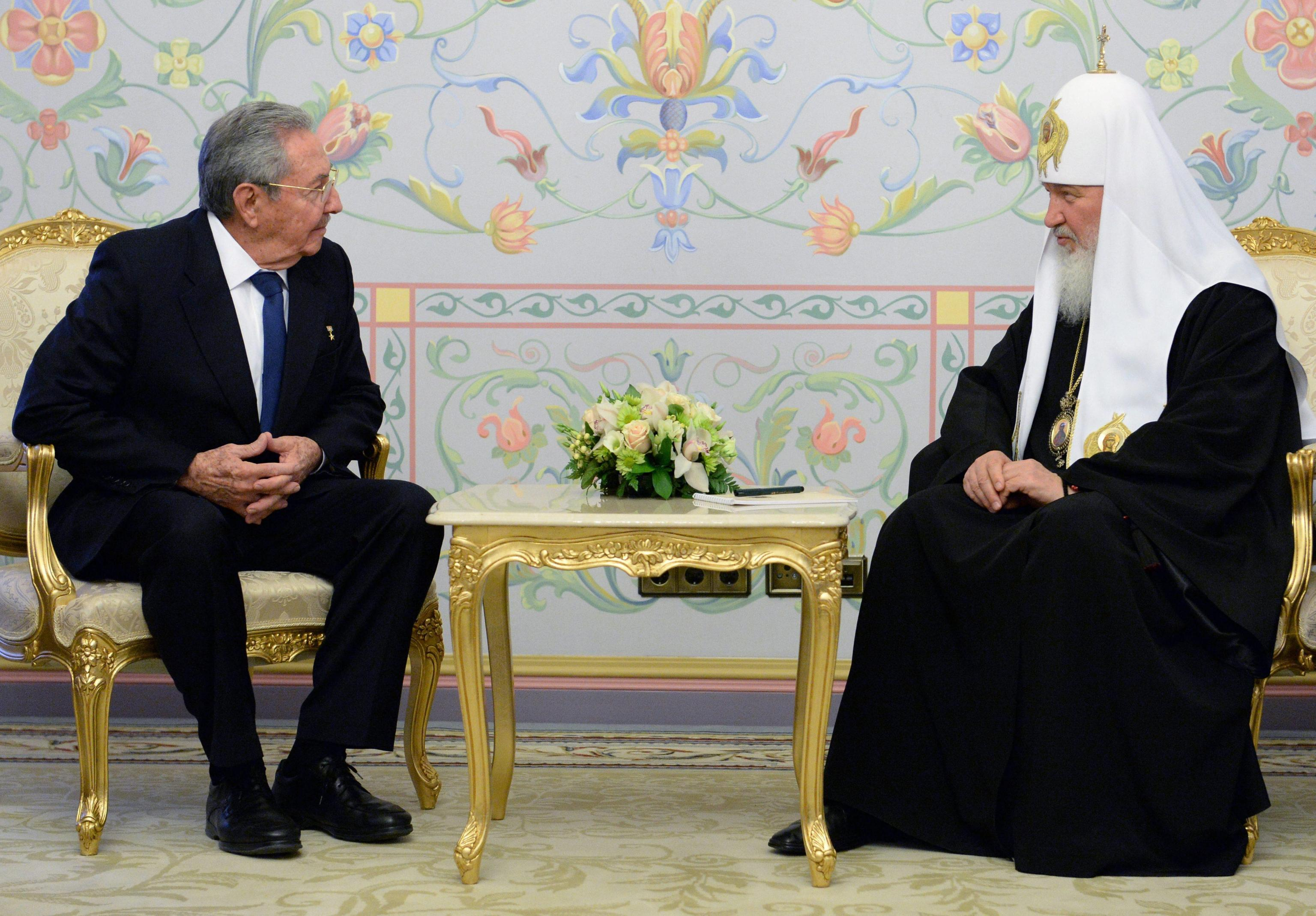 Cuban President Raul Castro (L) speaks with Patriarch of Moscow and all Russia
