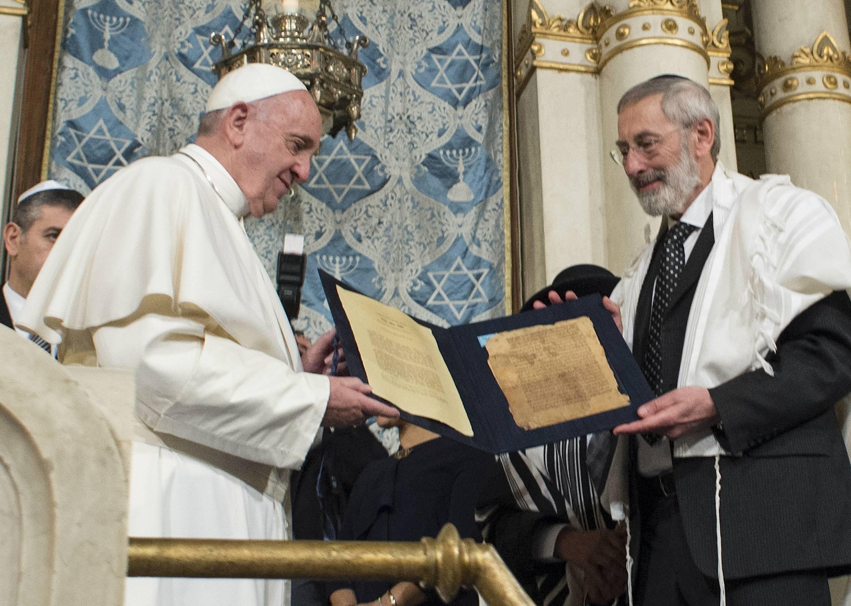 El papa Francisco en la sinagoga de Roma con el rabino jefe Segni