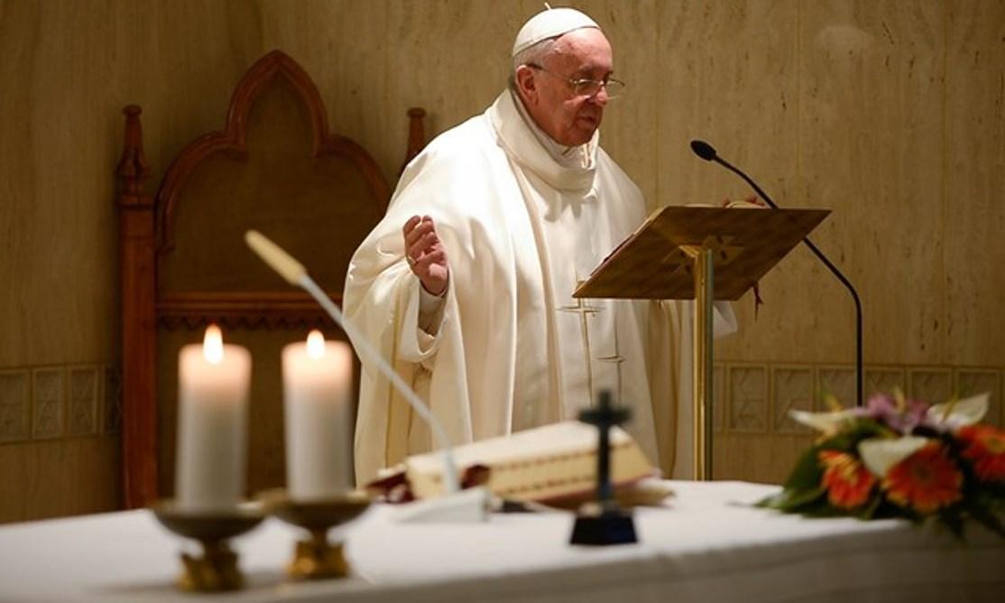 El papa Francisco celebrando en la Casa Santa Marta (Foto archivo © Osservatore Romano)
