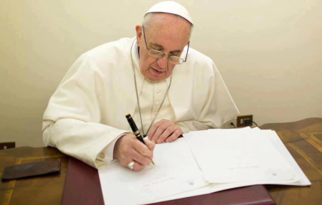 El Papa firmando un documento © PHOTO.VA - OSSERVATORE ROMANO