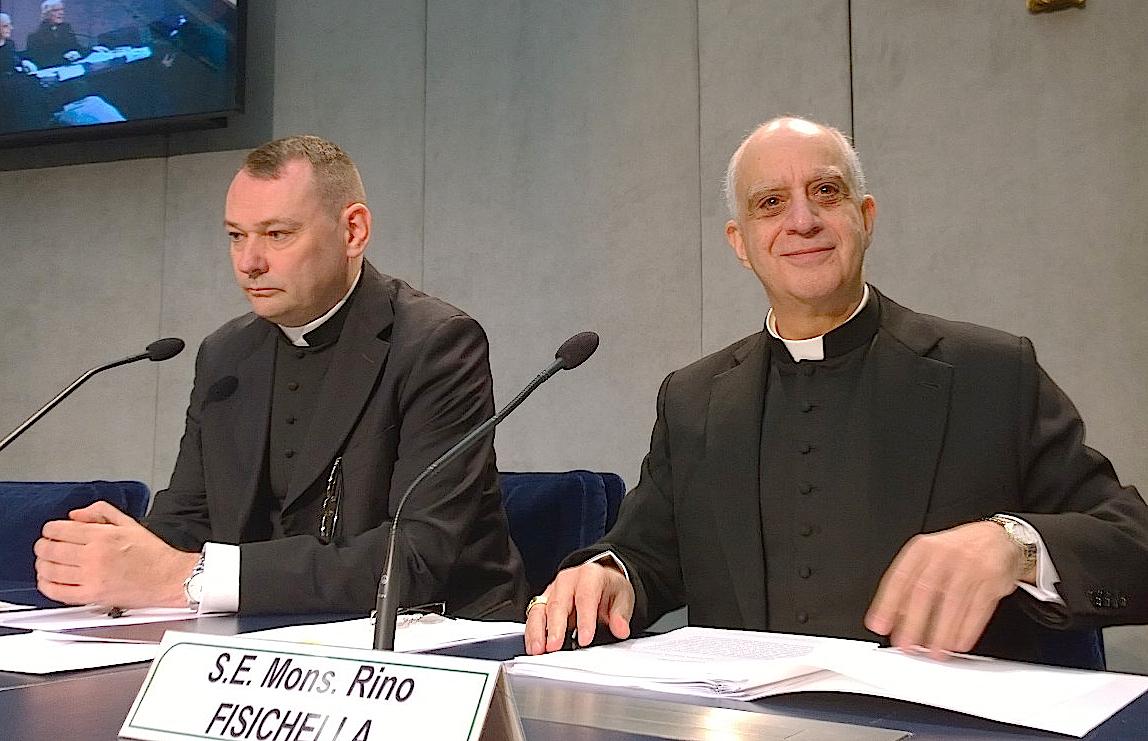 Mons. Fisichella en la Sala Stampa.