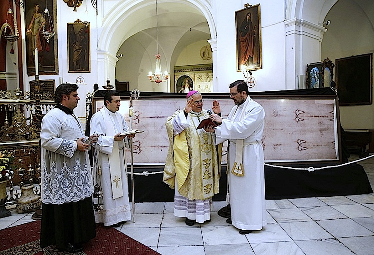 The bishop of Cordoba bless a replica of the Shroud