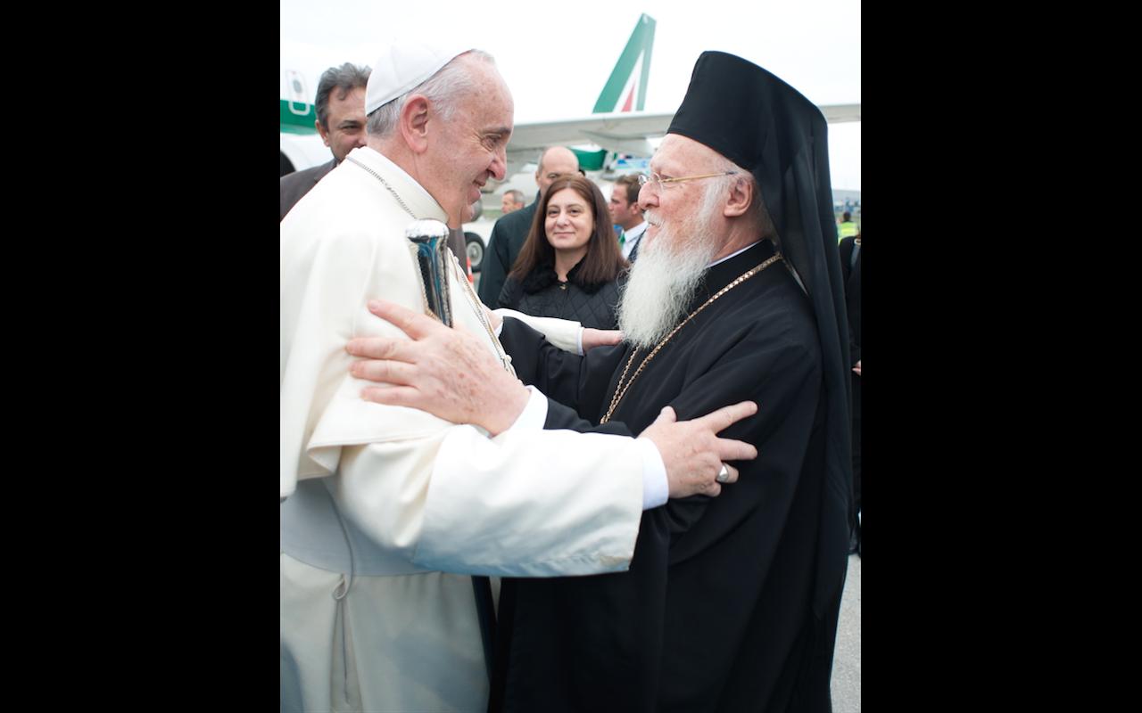 El papa Francisco con el patriarca Barlolomé I (Foto archivo Osservatore Romano ©)