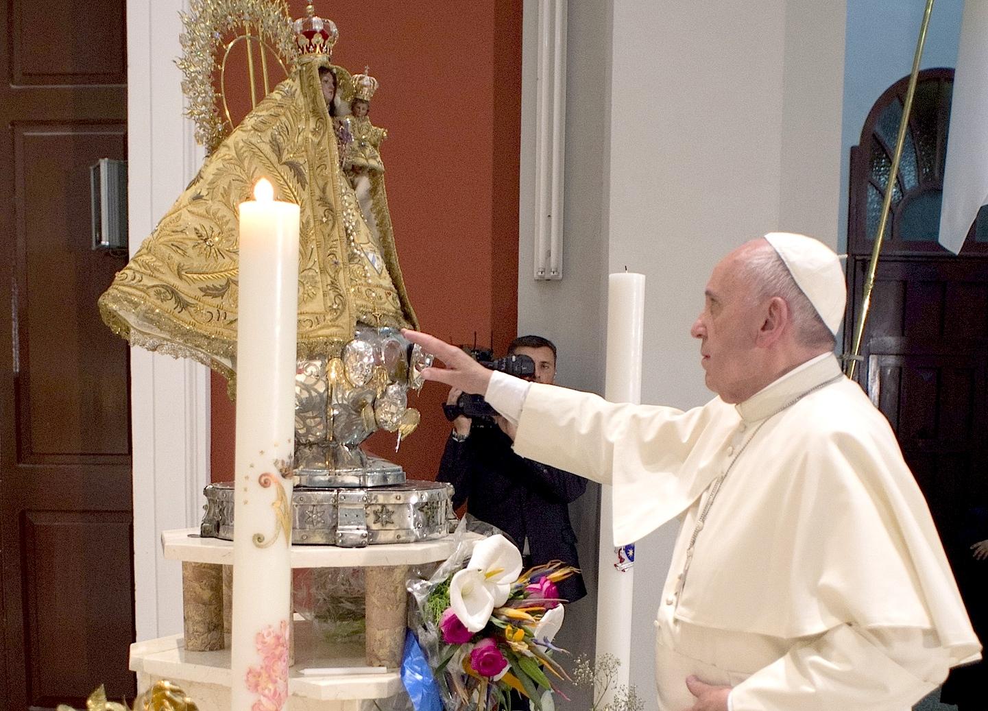 """Pope Francis prays to """"La Virgen de la caridad del Cobre"""""""