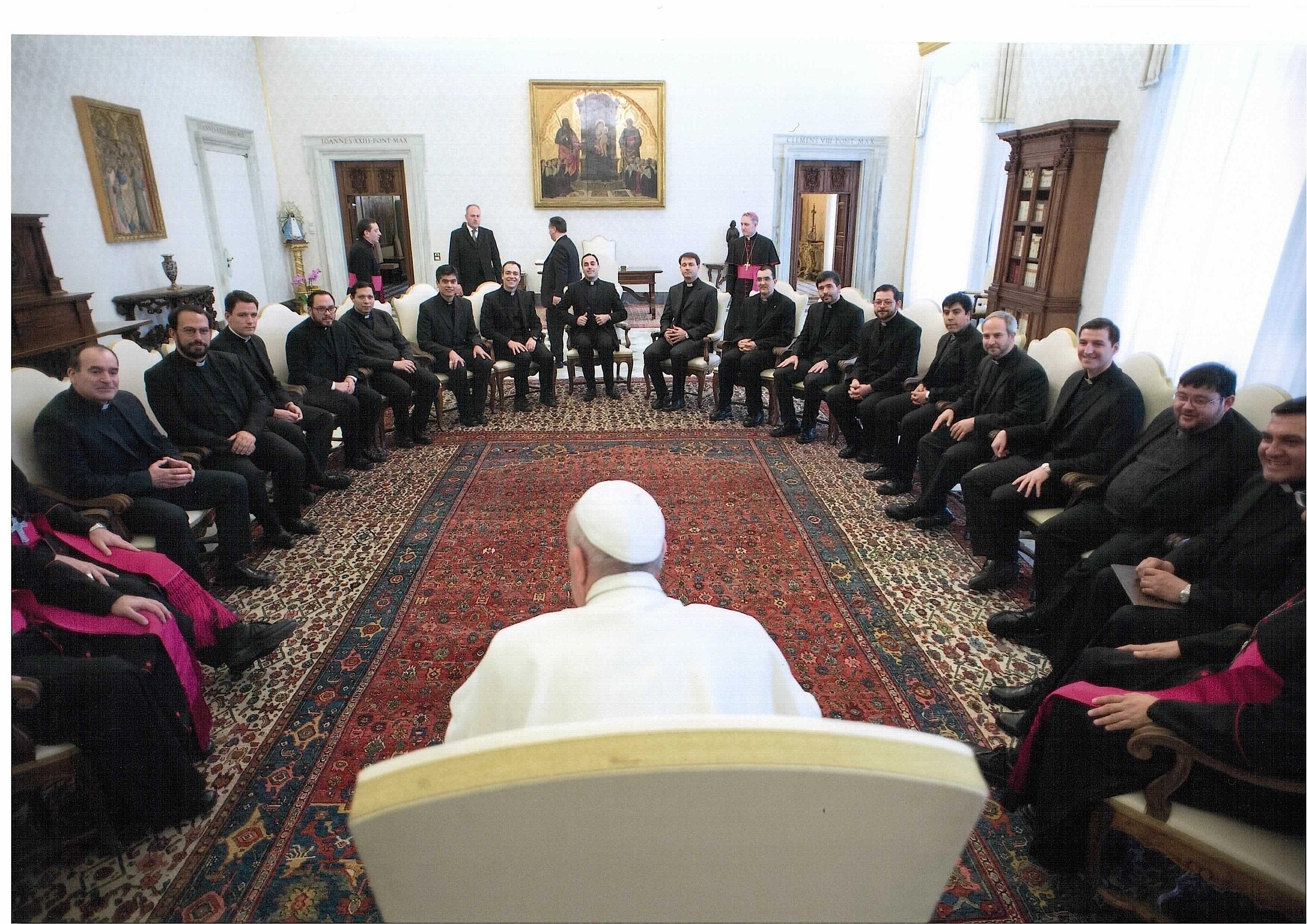 El papa con sacerdotes argentinos - (foto© Osservatore Romano)