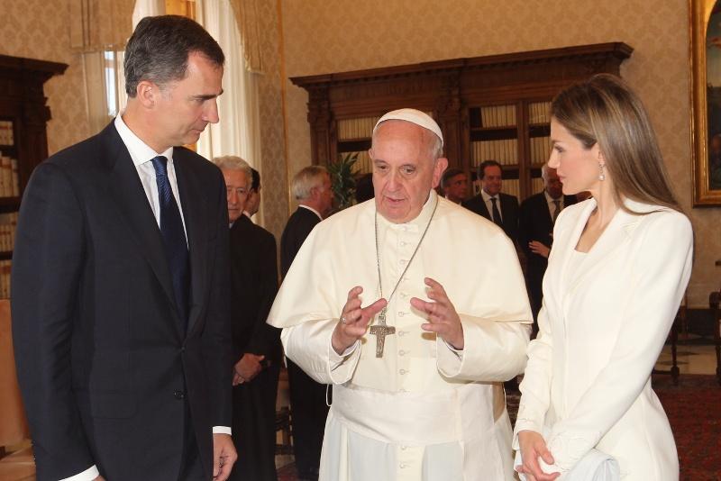 Sus Majestades los Reyes con Su Santidad el Papa Francisco tras el encuentro mantenido en la biblioteca privada del Vaticano