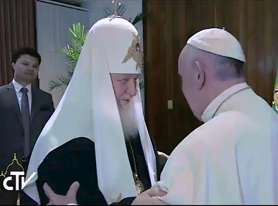 Histórico abrazo entre Kirill y Francisco en La Habana. CTV