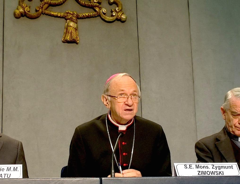 Mons. Zygmunt ZIMOWSKI en la Sala de prensa del Vaticano (Foto archivo ZENIT)
