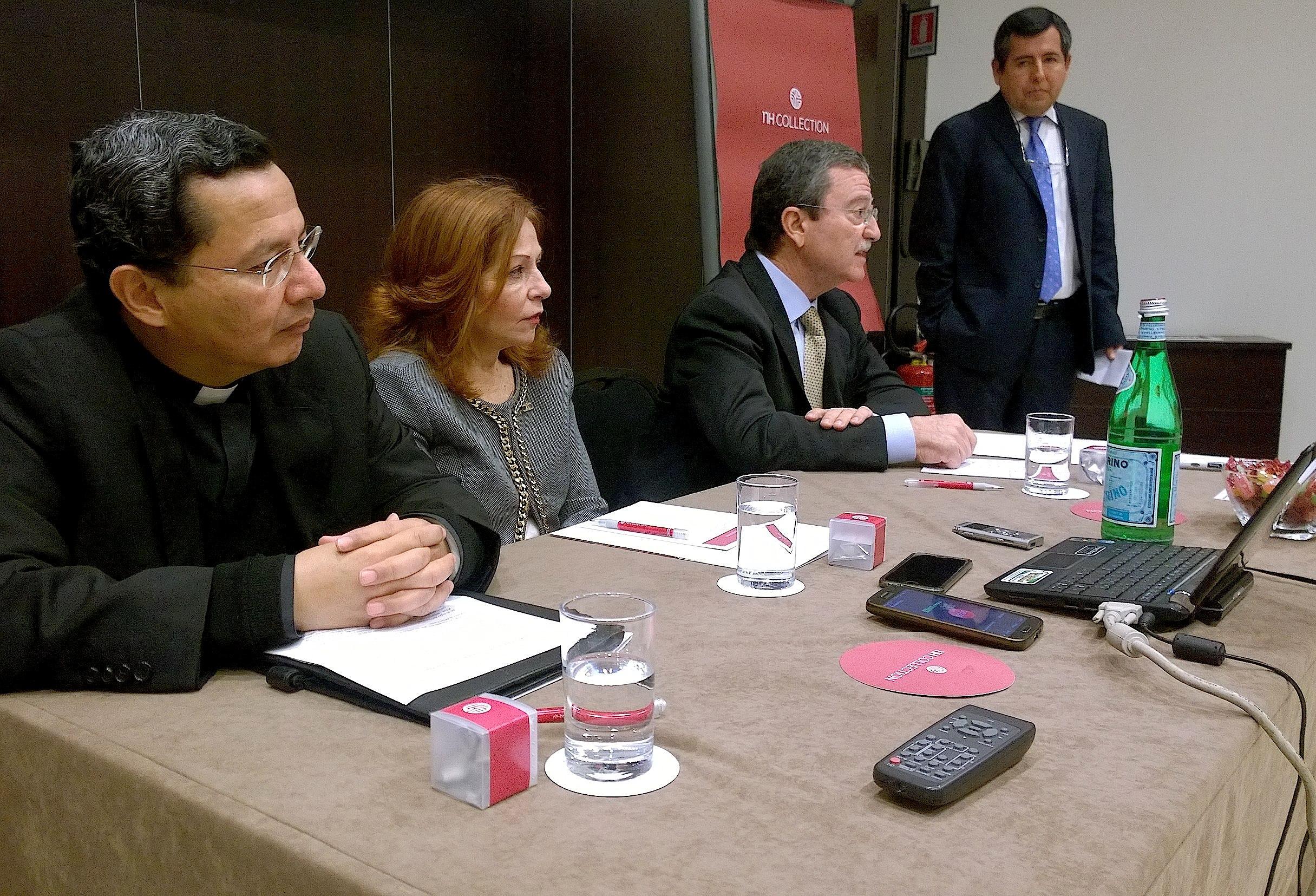 El embajador de México ante la Santa Sede, Mariano Palacios Alcocer; la periodista Valentina Alazraki; y el rector del colegio Mexicano, Armando Flores Navarro