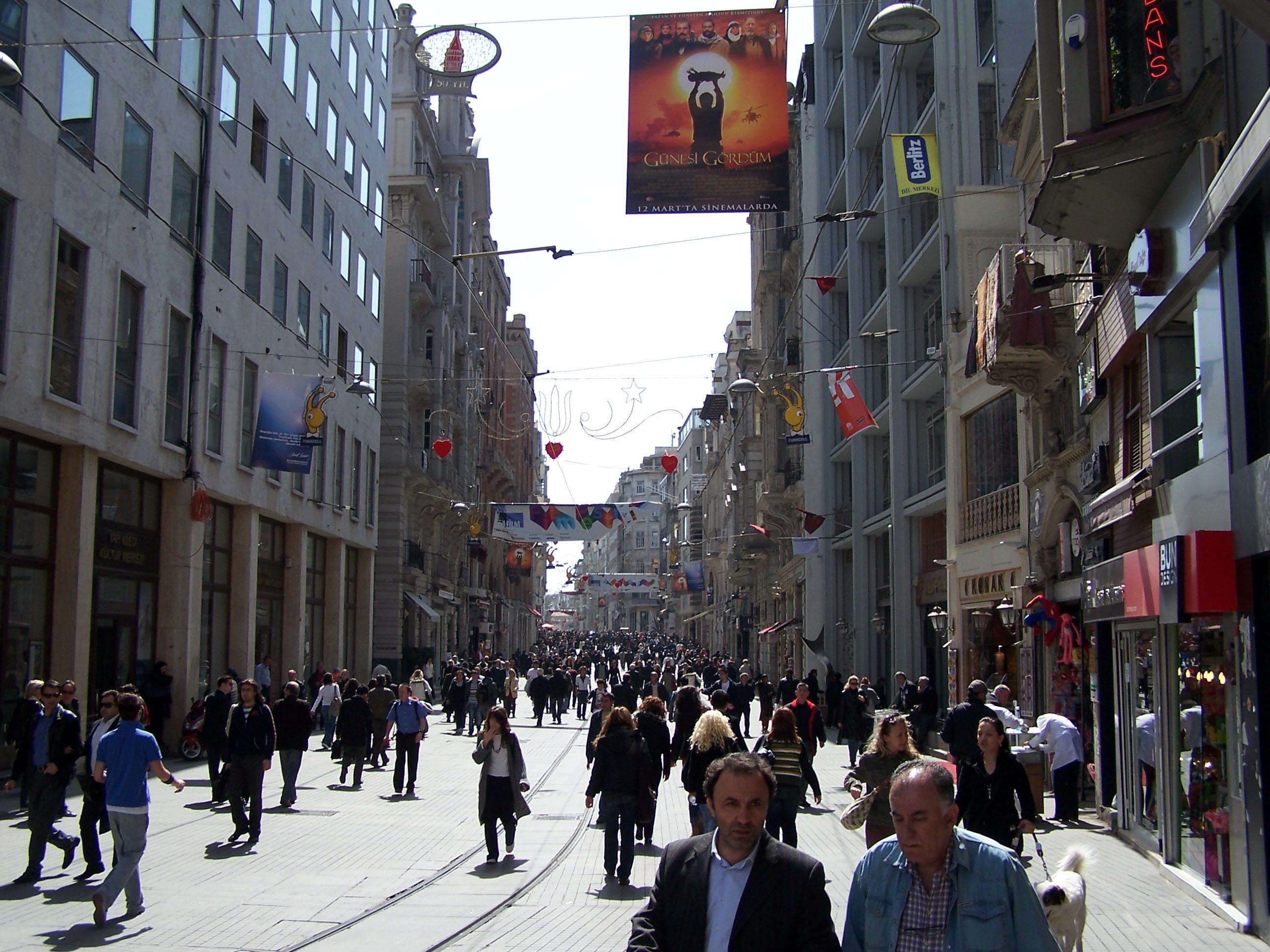 La avenida de Istiklal es una de las avenidas más famosas de Estambul.