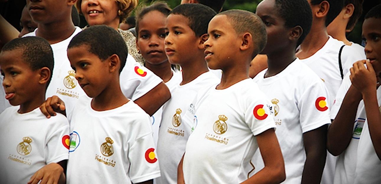 Un grupo de niños de una de las escuelas sociodeportivas de Misiones Salesianas