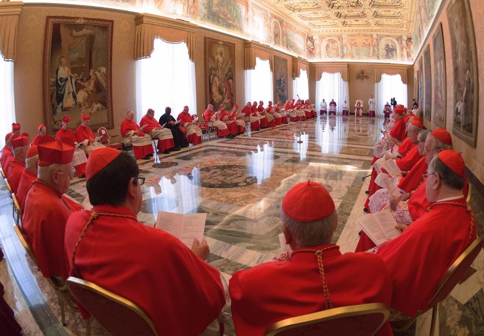 Los cardenales con el papa Francisco durante el concistorio