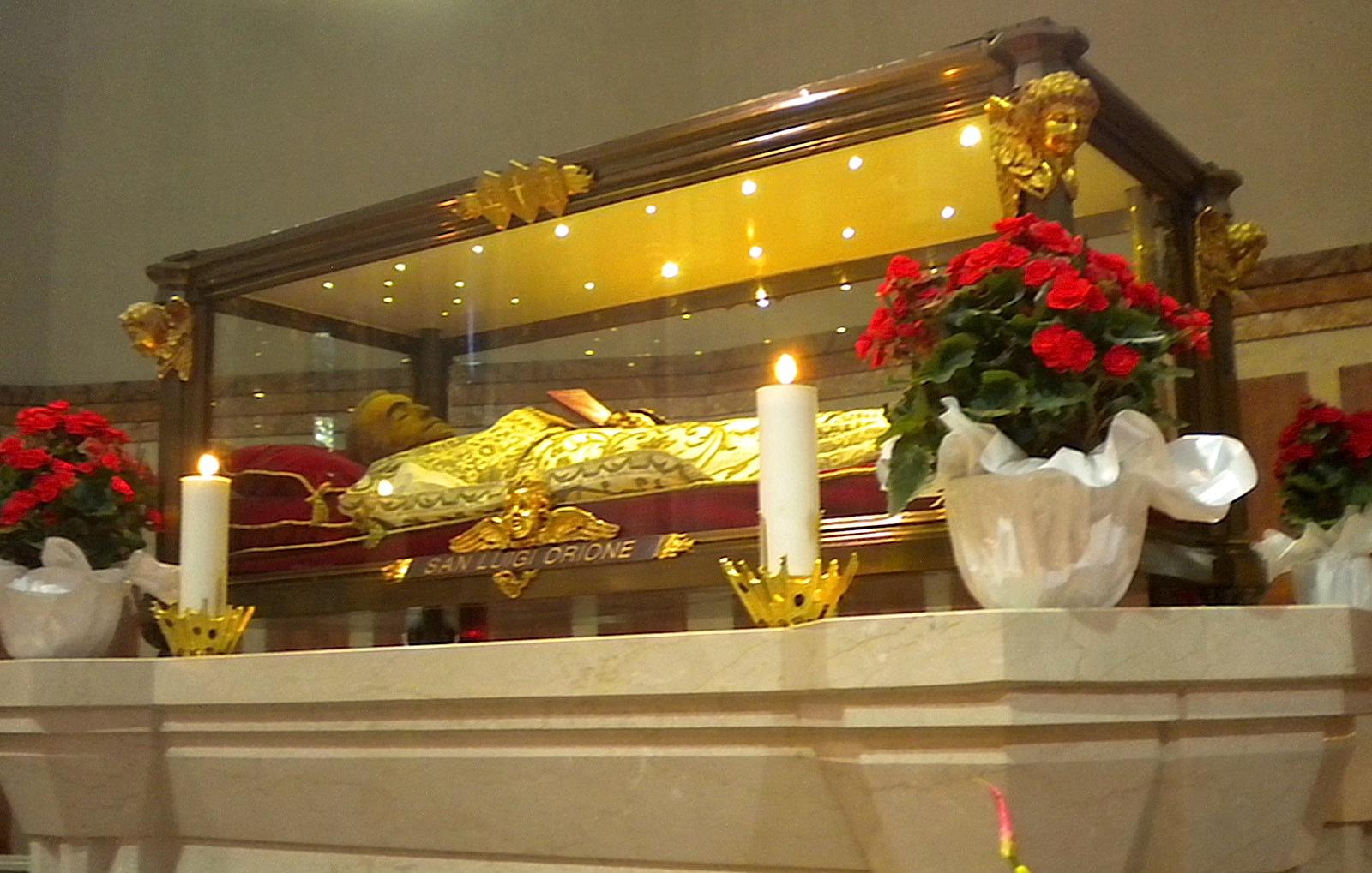 Cuerpo incorrupto de san Luis Orione, expuesto en el Santuario Nuestra Señora de la Guardia en Tortona, Italia.