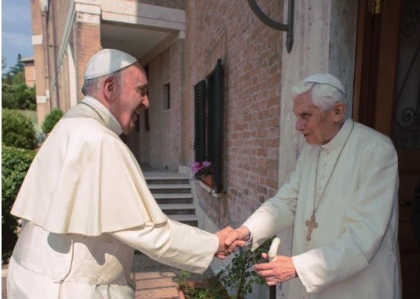 El papa Francisco saluda a Benedicto XVI. (Foto archivo, copyright Osservatore Romano)