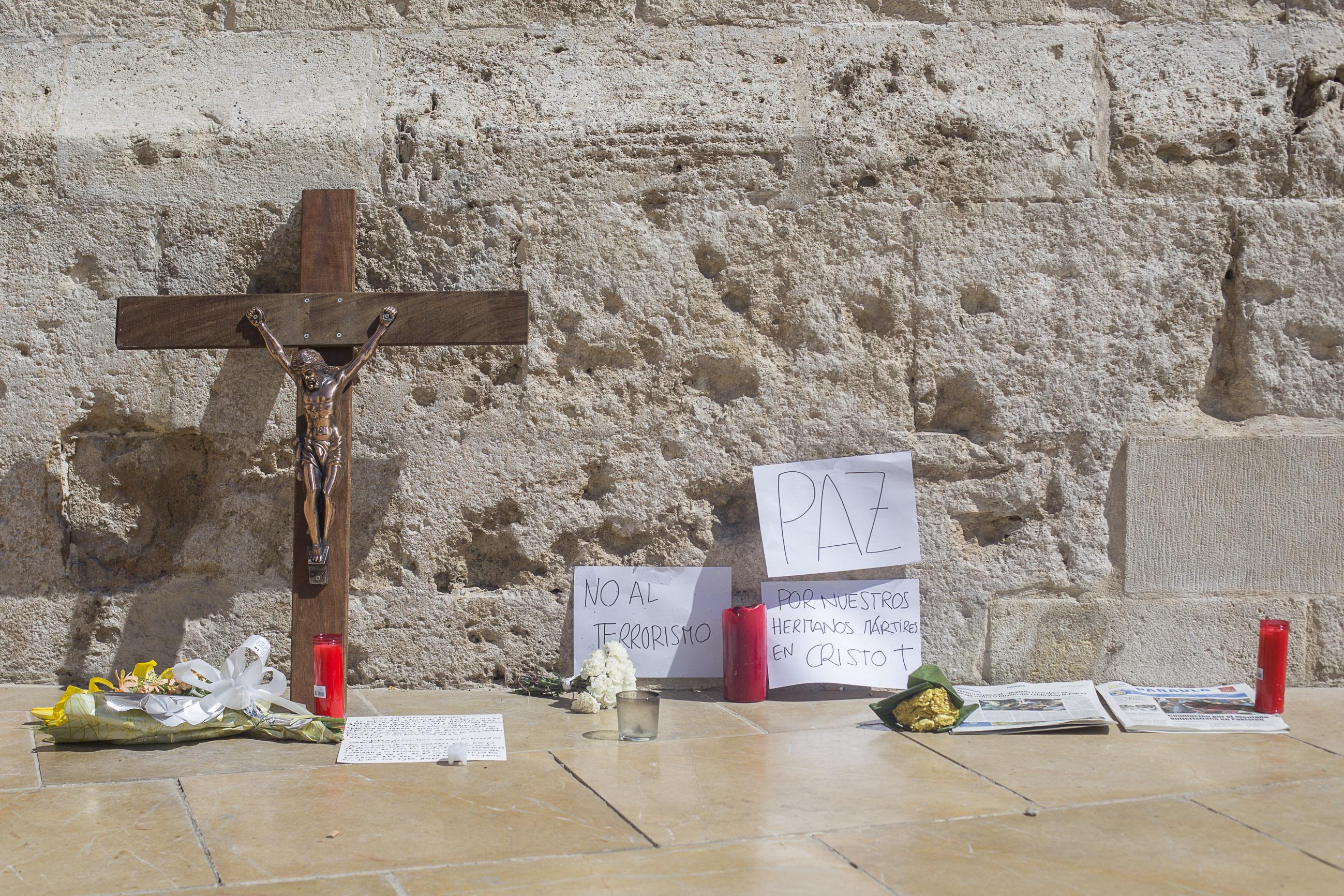Los valencianos colocan espontáneamente velas, flores y oraciones en la Puerta de los Hierros (V. GUTIERREZ/AVAN)
