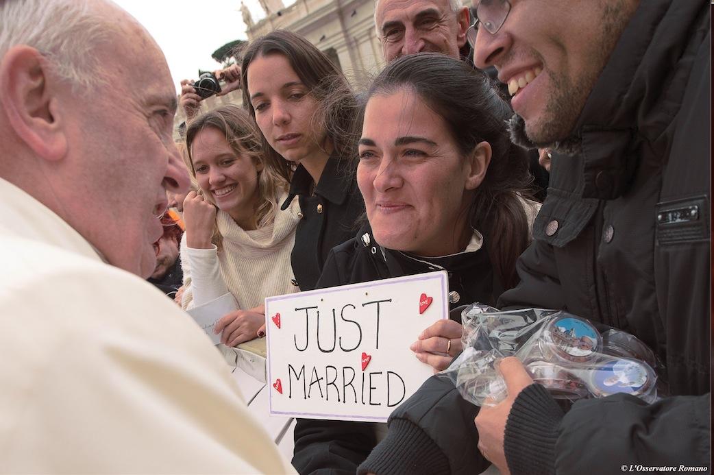 El Papa Francisco saluda a unos recién casados © L´Osservatore Romano