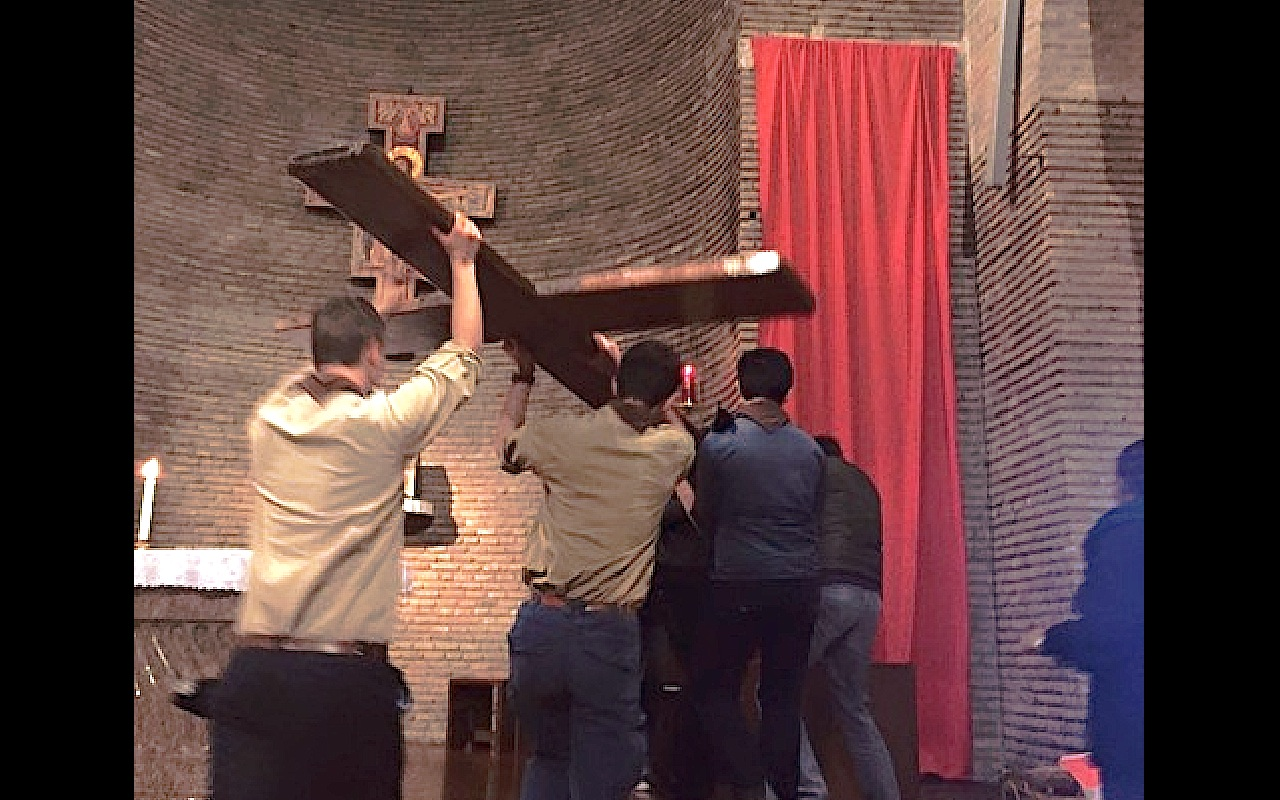 Scouts ubican la cruz de la JMJ en la iglesia de San Lorenzo in Priscila