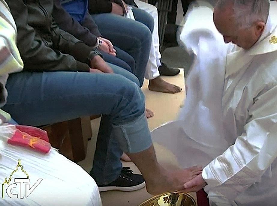 El Papa lava los pies