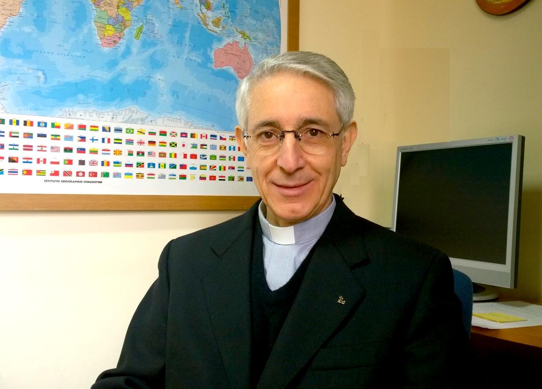 El padre Miguel Yañez en su oficina de la Universidad Gregoriana