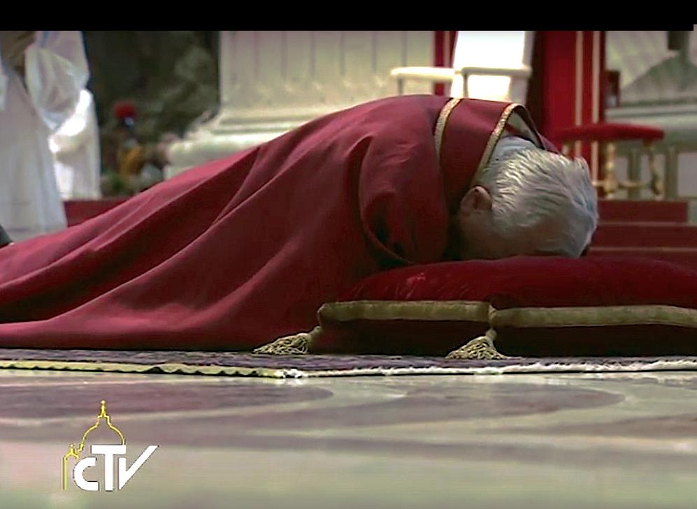 El papa Francisco reza postrado en la Basílica de San Pedro