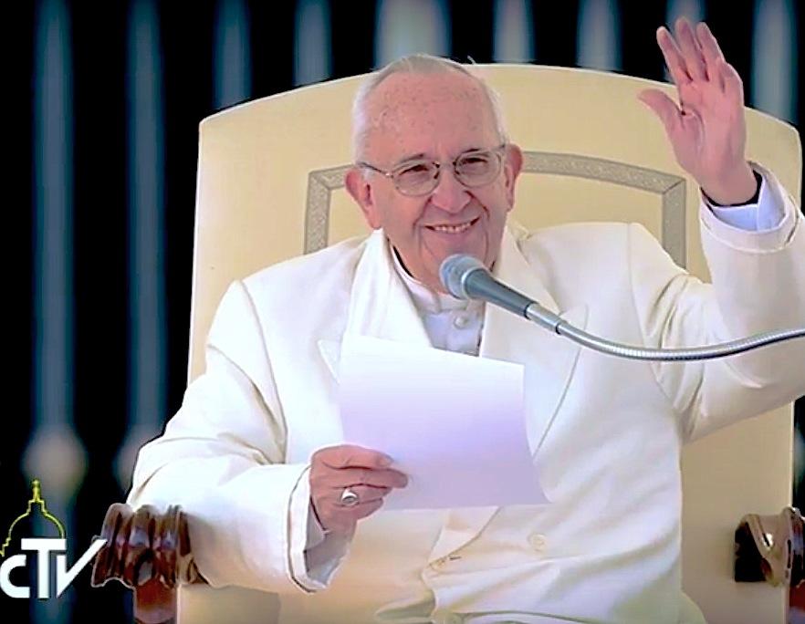 El Papa en el momento en el que saluda a los peregrinos jóvenes durante la audiencia