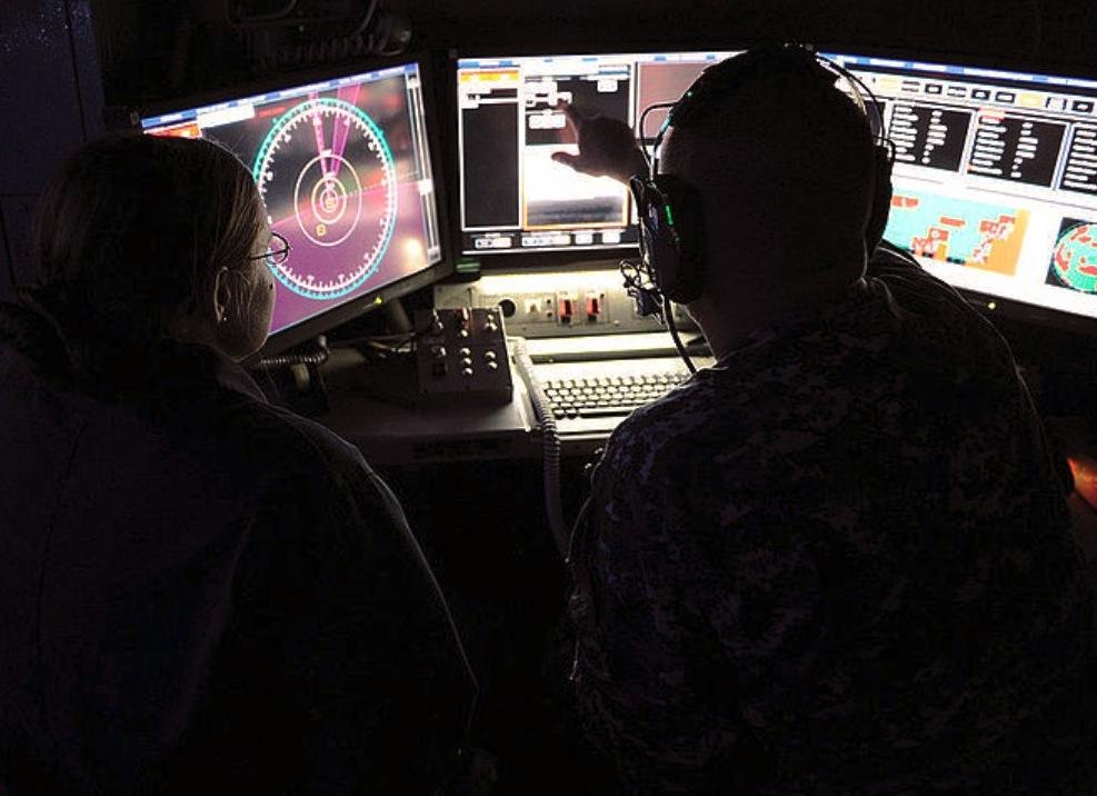 Centro de control de drones (U.S. Navy photo by John F. Williams- Wiki commons).