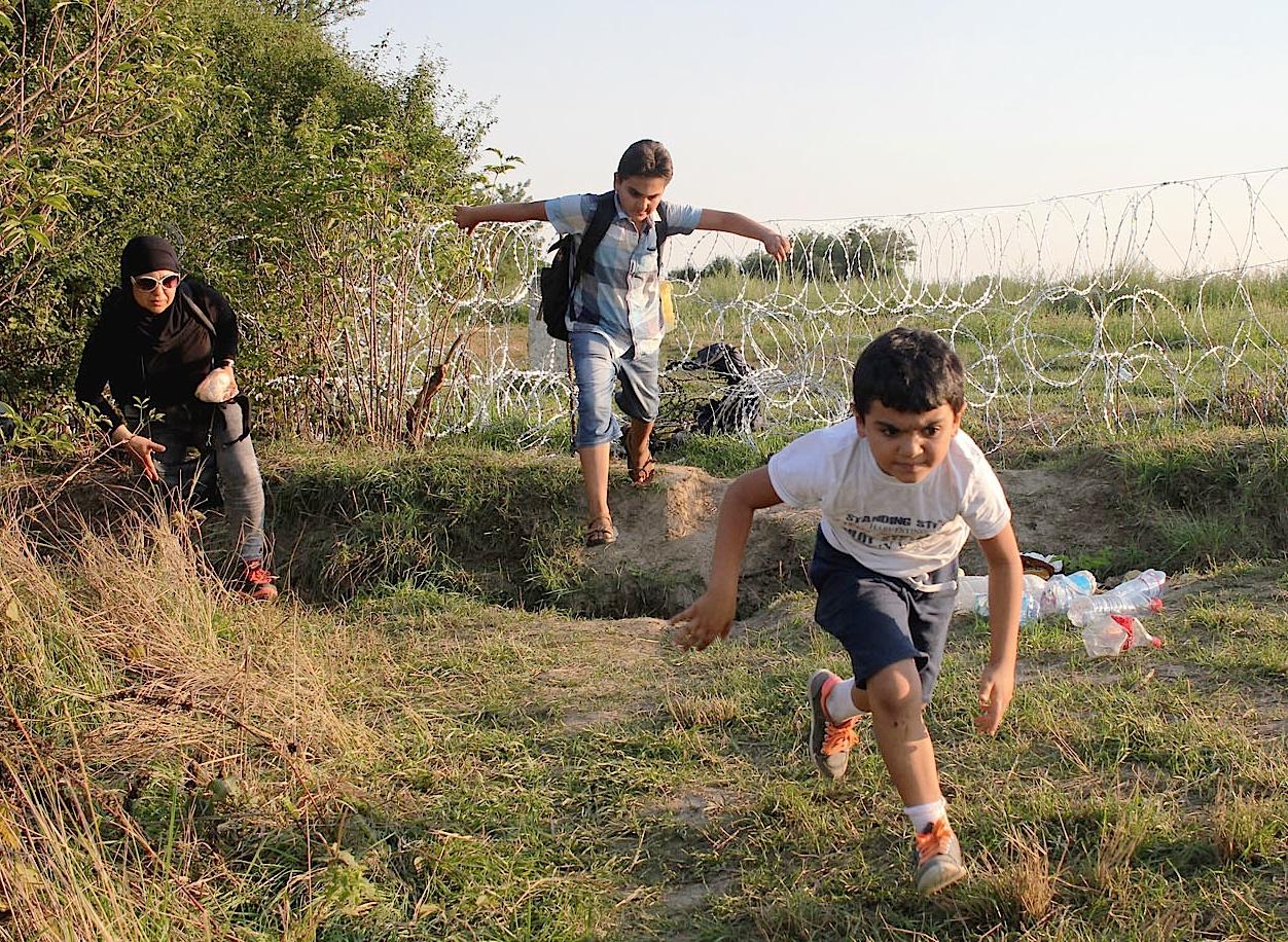 Niños migrantes cruzan la frontera (Foto SJR Sergi Camara -Croacia - 2015)