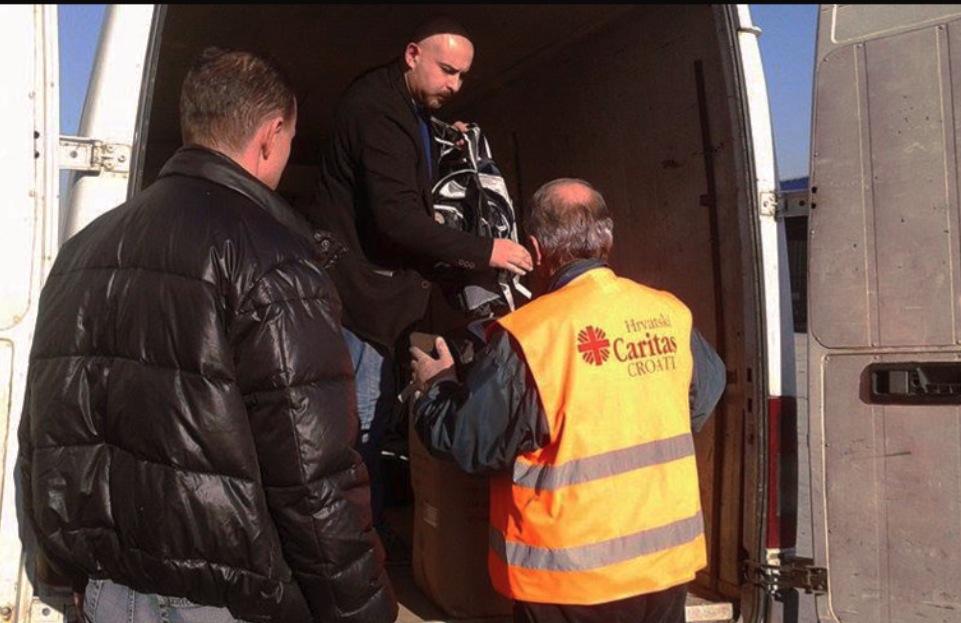 Cáritas en Croacia en el campo de prófugos de Slavonski Brod