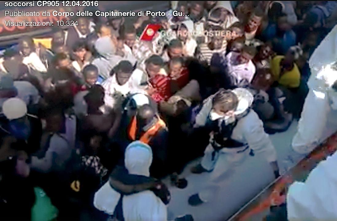 Rescate de migrantes en el Mar Mediterráneo por la Guardia Costera Italiana